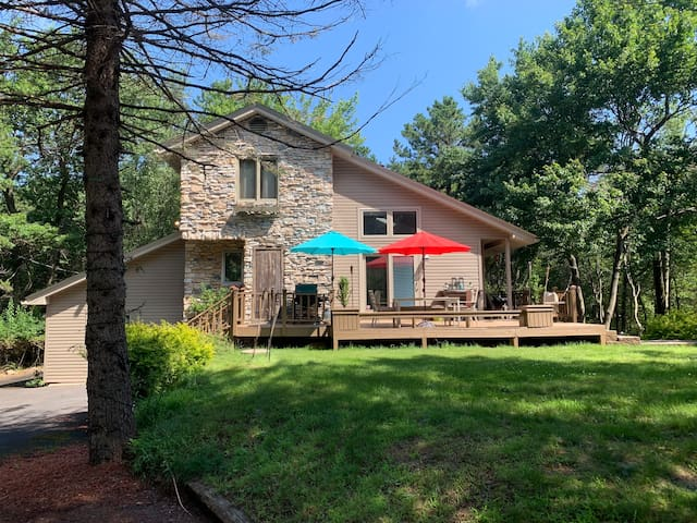 LAKEFRONT on 2 wooded acres - Skiers' Paradise!