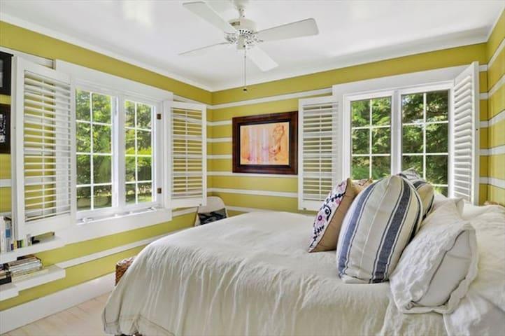 Queen bed in the yellow room
