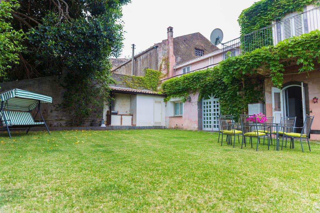 The garden in front of the two apartment in VILLA DEL FILOSOFO -  SUNTRIPSICILY COM