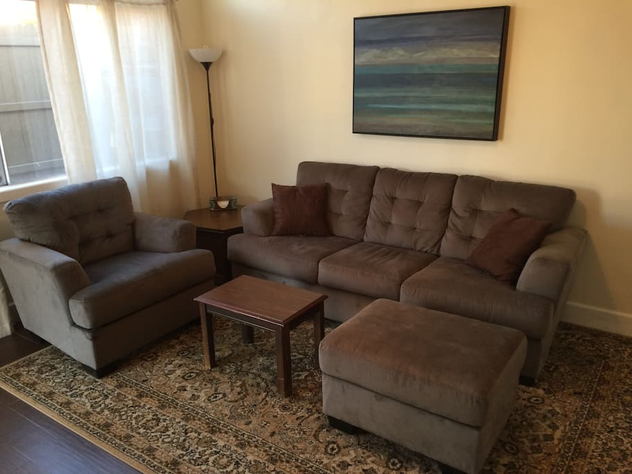 Comfortable living room w pull out queen sofa