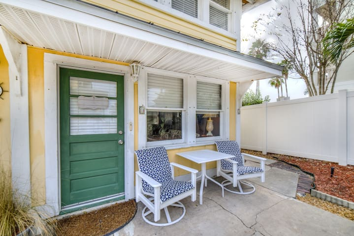 New Listing Charming Beach suite Ground floor