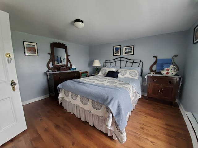 Spacious room with Harbour View