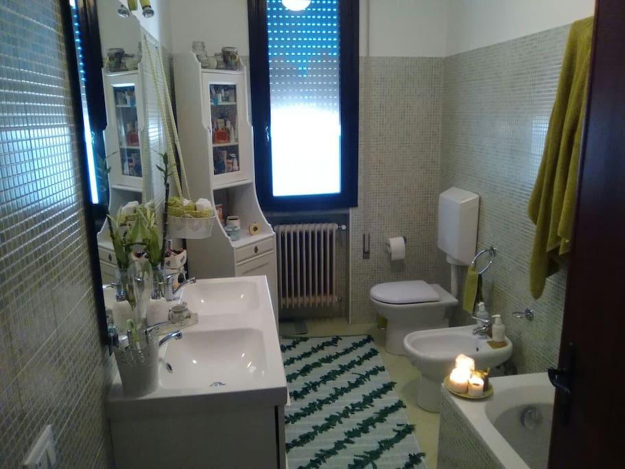 Bagno finestrato molto spazioso con vasca e doccia. Pulitissimo e igienizzato dopo ogni pernottamento.