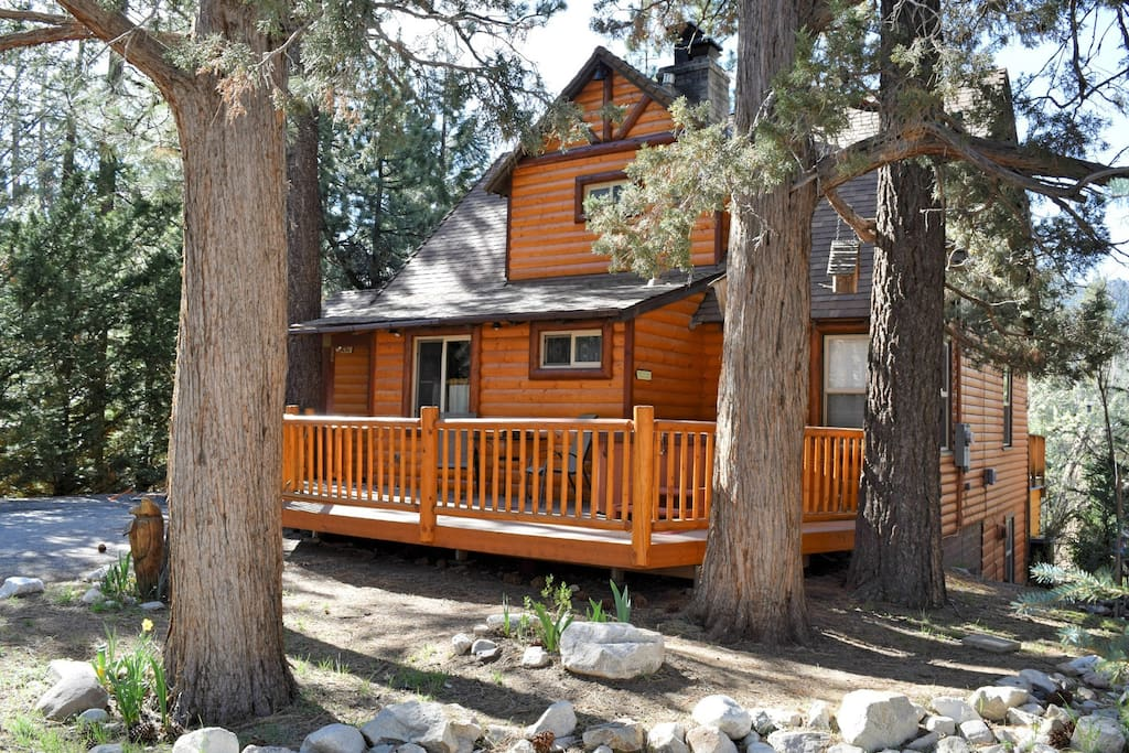 Bear hug hideaway log cabin hot tub cabins for rent for Big bear 2 person cabin