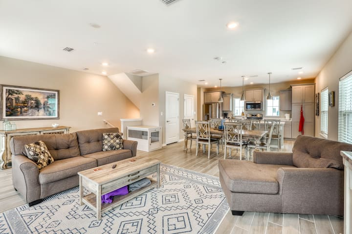 Deluxe dog-friendly townhome w/ Gulf views, shared pools, and beach access!