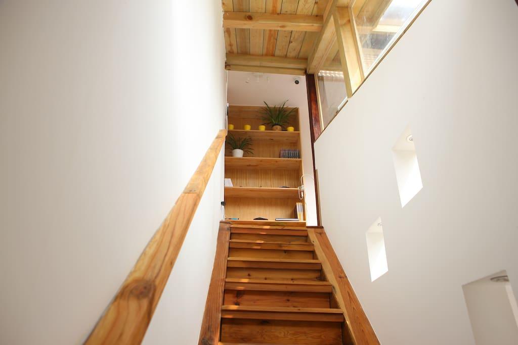 别墅内通往二层楼梯