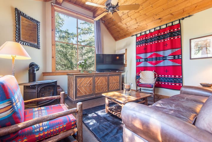 Upper Hollow Cottage- Closest Cottage to Resort and Hiking