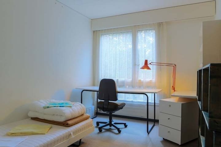 8 minutes to central, cosy, budget shared room