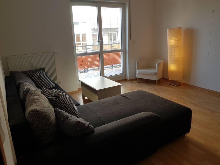 Wohnbereich mit Balkon (altes Sofa)