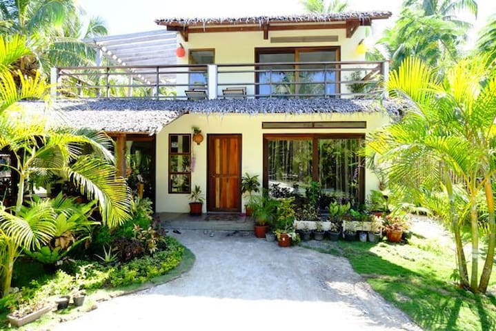 3 bedroom house close to the beach - general luna, siargao island - House