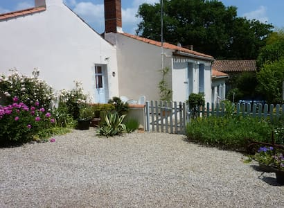 Charming Traditional Vendee Cottage - Saint-Vincent-sur-Graon - Hus