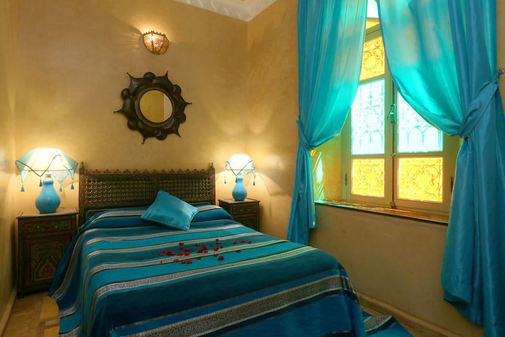La suite Fatima; sous forme de deux chambres séparées par une porte. L'une des deux chambres équipée d'un lit double et l'autre de deux lits simples. Cette suite est équipée d'une salle de bain