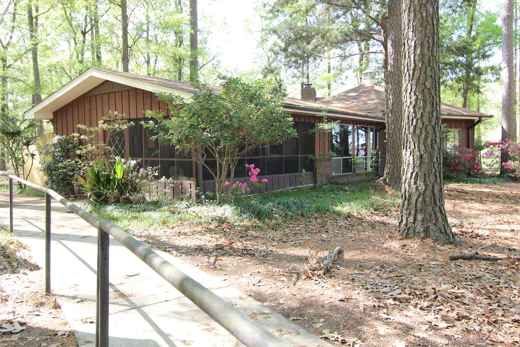 Screen porch and paved walkway to the lake