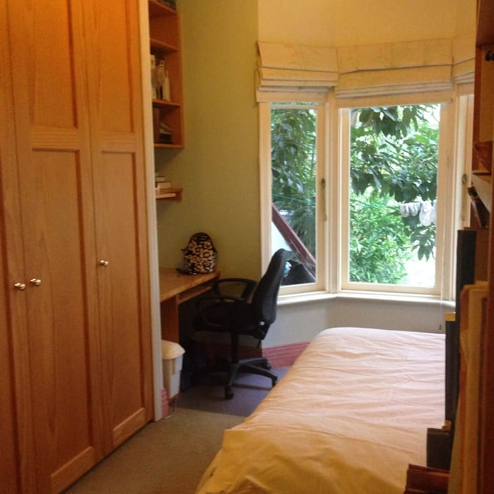 Private queen room in Camberwell, No kitchen