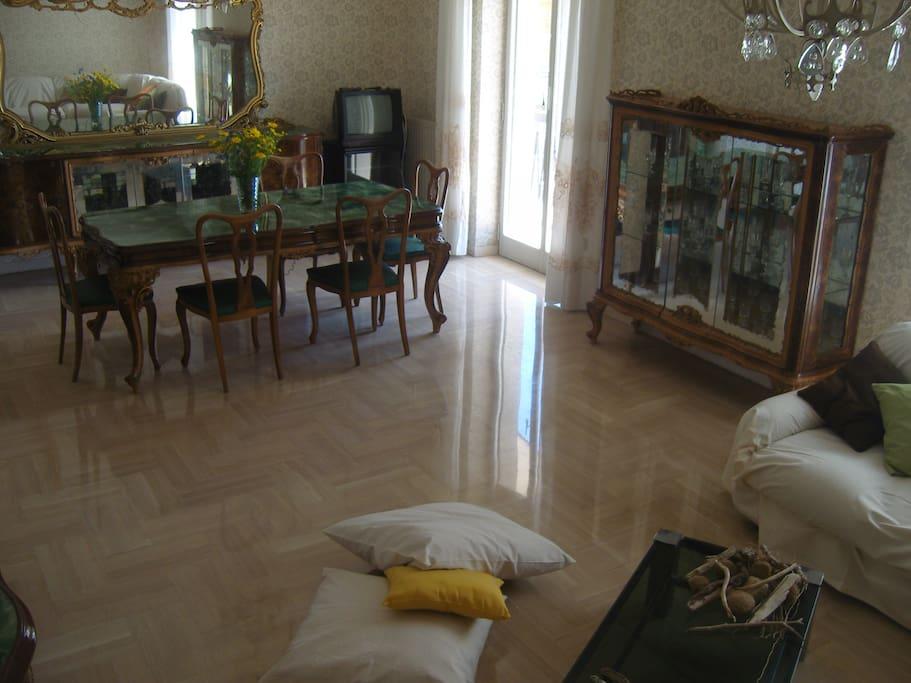 Salone con mobilio in noce artigianale