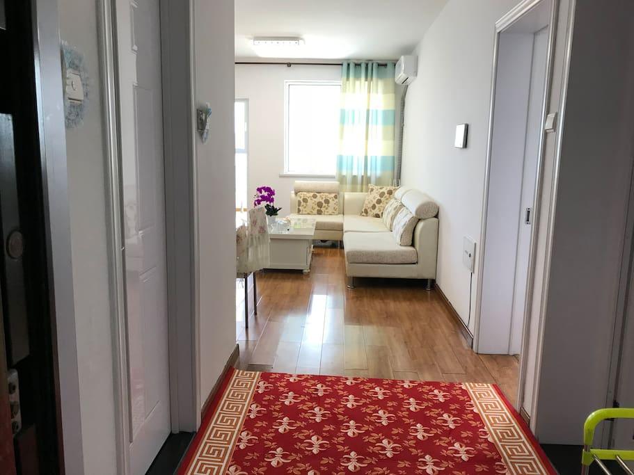 进门新配置了一条红地毯欢迎主人的到来。同时也为出卫生间、厨房的主人提供防滑措施,确保身体安全。