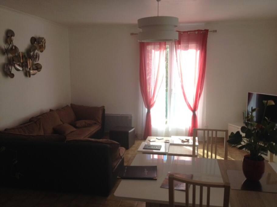 un coin salon et salle à manger lumineux de 40M2