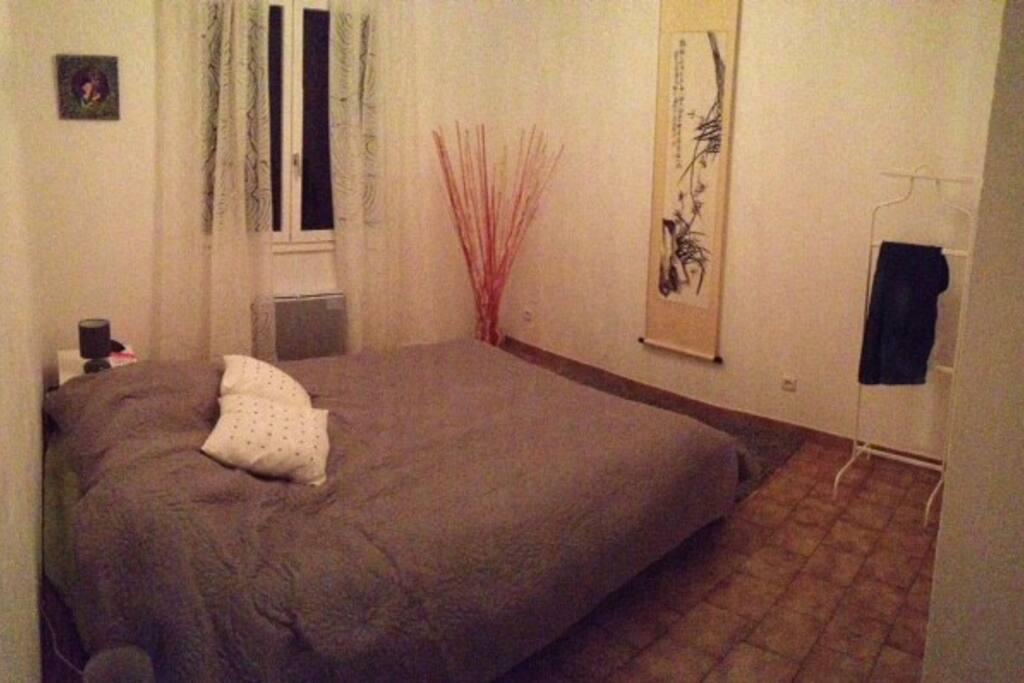 une chambre à coucher cosy avec un grand lit 160x200