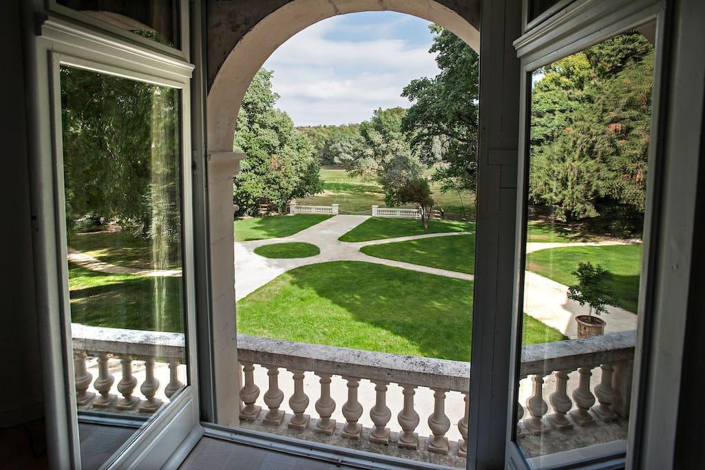 Balcon et vue sur le jardin anglais