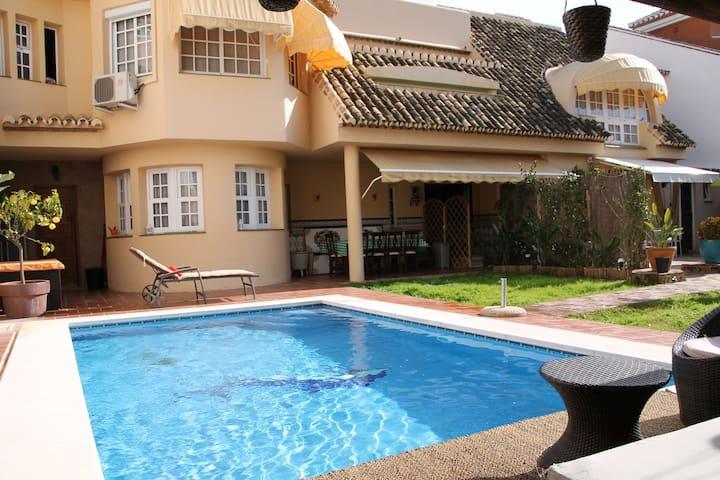 FANTASTIC VILLA TROPICAL-POOL-BEACH & CENTER ROOMS - Fuengirola - Rumah