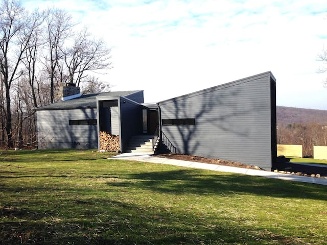 Spectacular Views at the Modern Mountain Retreat - Vernon Township - Hus
