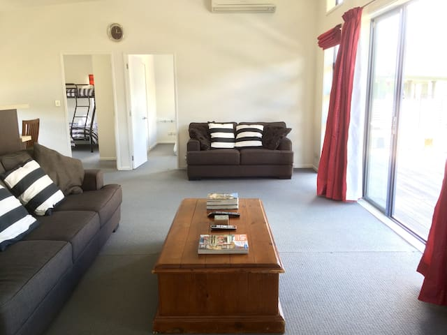 #26. Tussock Retreat - Modern Open Plan, Huge Deck - Twizel - Dom