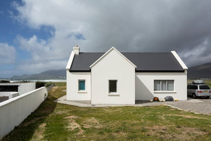 Designer cottage by the beach, Wild Atlantic Way - Keel - Rumah