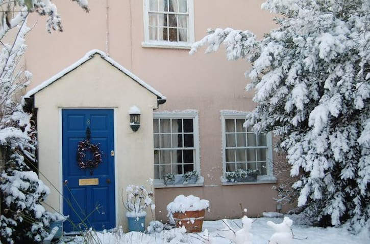 Large bedroom in charming cottage - Saffron Walden - Huis
