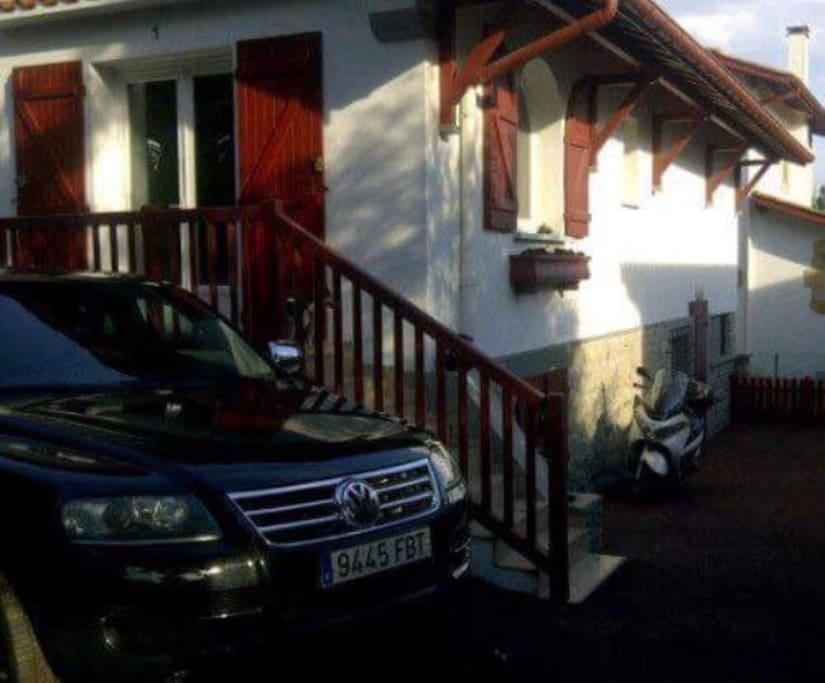Se puede aparcar dentro de la casa