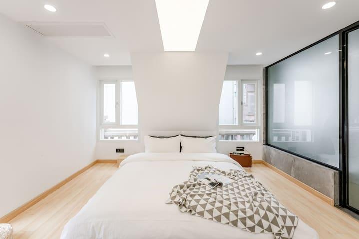 卧室-几何空间设计手法,营造神性天光,因地制宜,洁净棉麻定制四件套,舒适养颜花茶,光照极度充足,极其适合拍照