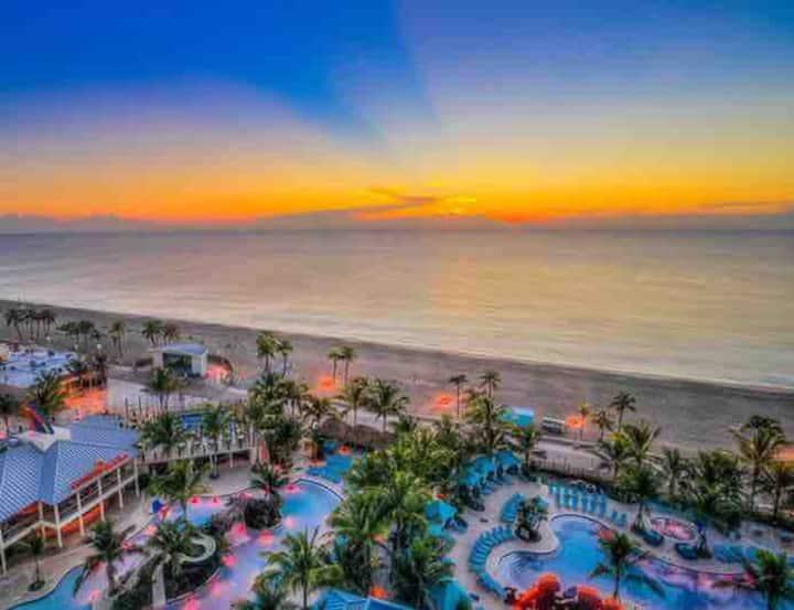 Hollywood FL resort style. Walk to the beach.