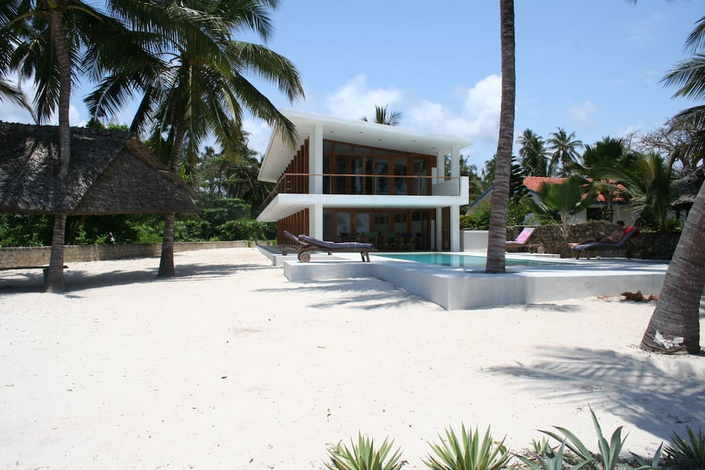 an open house, the ocean breeze is feelable in all rooms