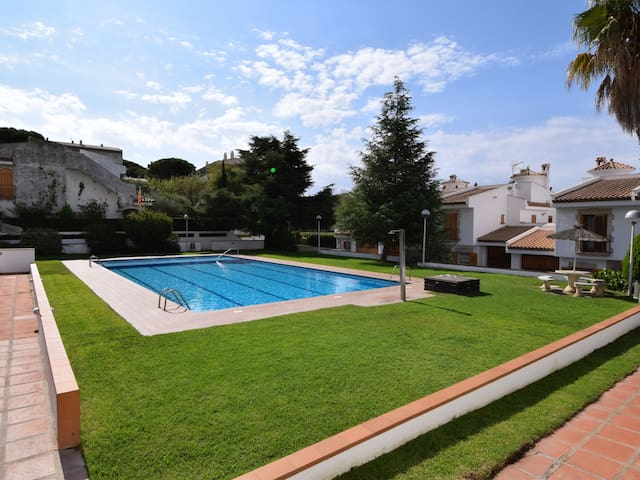 APARTMENT VORAMAR, SHARED POOL TENNIS AND WIFI, PARKING