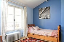 chambre un lit simple une place 190cm x 90cm