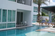 Apartment opening onto pool