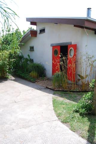 Beachside straw bale studio. - Dromana - Earth House