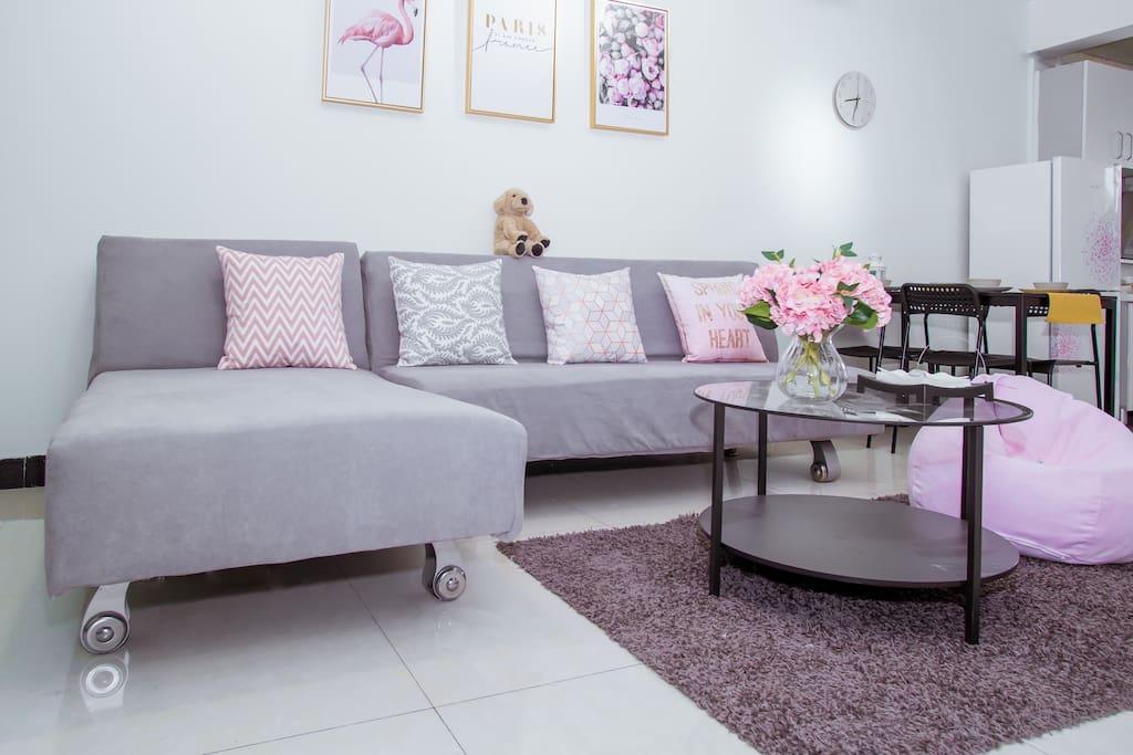 宽敞的客厅 配有懒人沙发 茶几 电视机