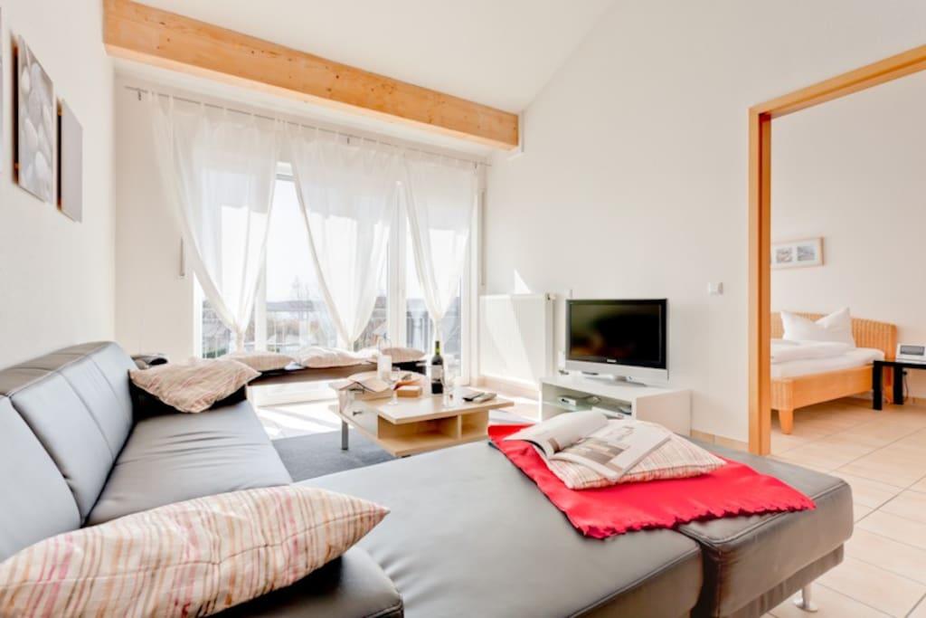 Das geräumige Wohnzimmer mit offener Galerie