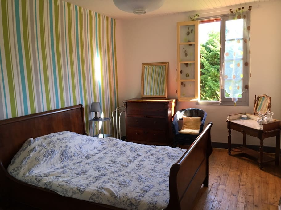 Chambre très cosi, plein est. Pour les amateurs de levée de soleil et de meditation