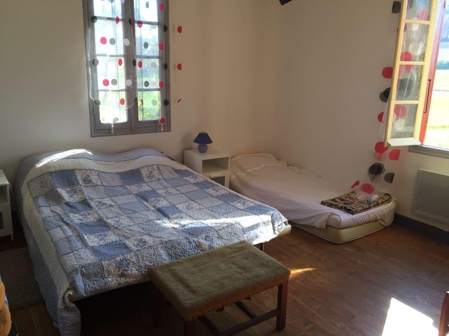 Chambre exposée est-sud,  idéale.. Pour les parents puisq'elle bénéficie d'un lit supplémentaire (ou pas!!!!) de 90 cm (X2) puisqu'il y a 2 matelas.