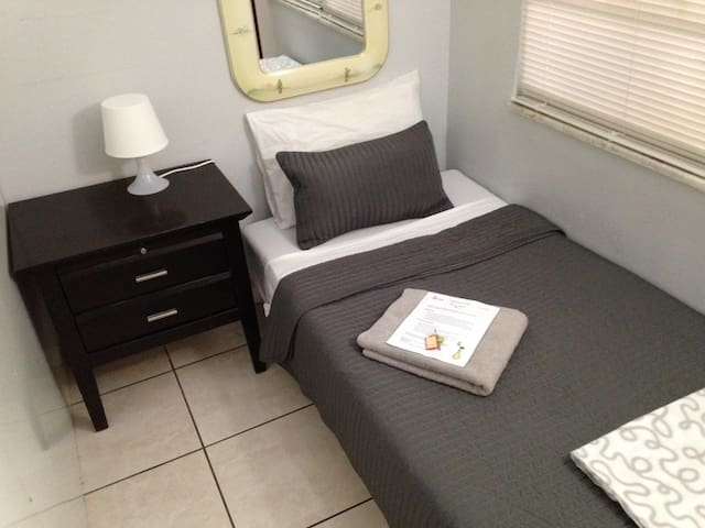 Tiny Room #2 - Miami - Bed & Breakfast