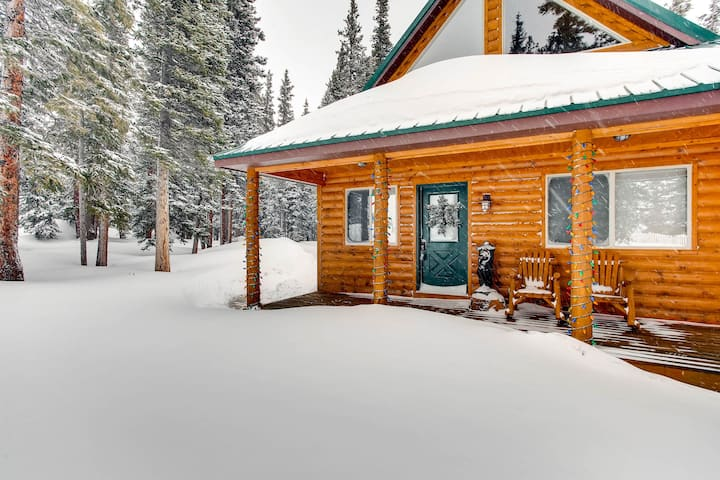 Romantic Log Cabin with wood burning fireplace and Views! Whimsical Hollow