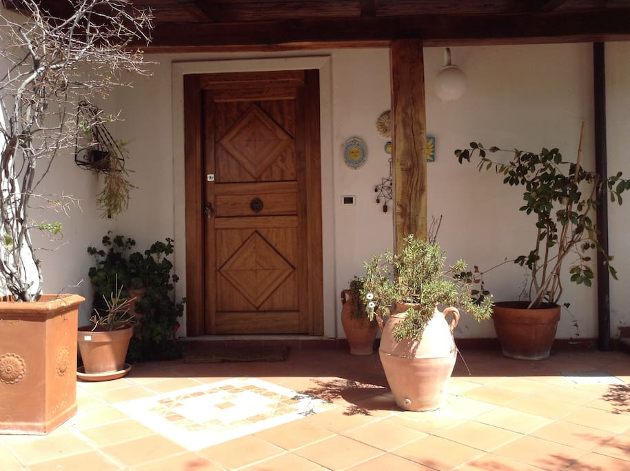 The entrance/L'ingresso esterno della casa