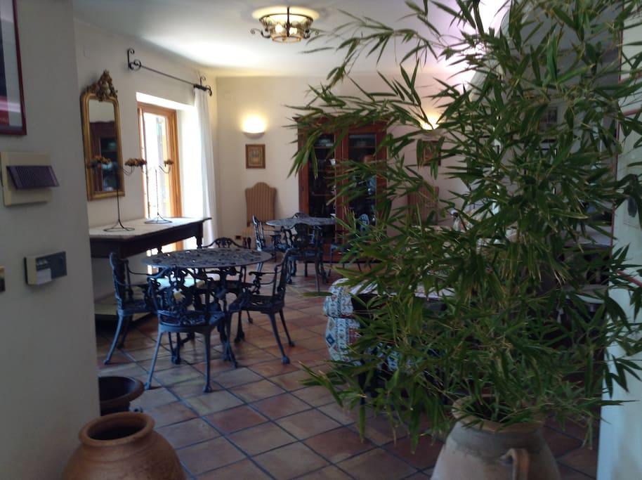 A corner of the launge/Un angolo del salone visto dall'ingresso