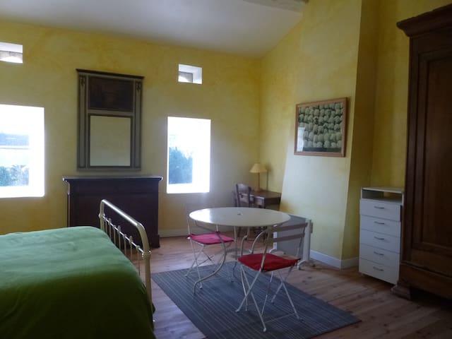 Suite avec chambre 30m2 , salle de bain, wc privés - Noaillan - บ้าน