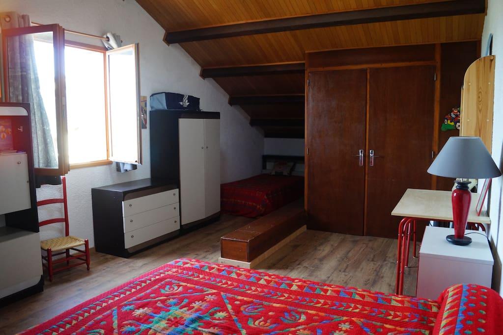 La mezzanine avec le point d'eau (WC et lavabo) et les deux lit