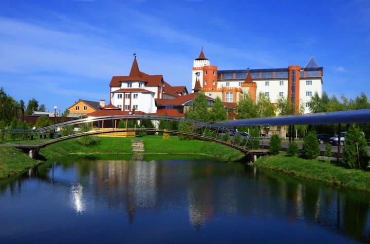 Замок готель Вишеград у княжому місті на Київщині