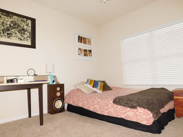 S. Austin Apt + No Car Needed + Off Main DT Line - Austin - Huoneisto