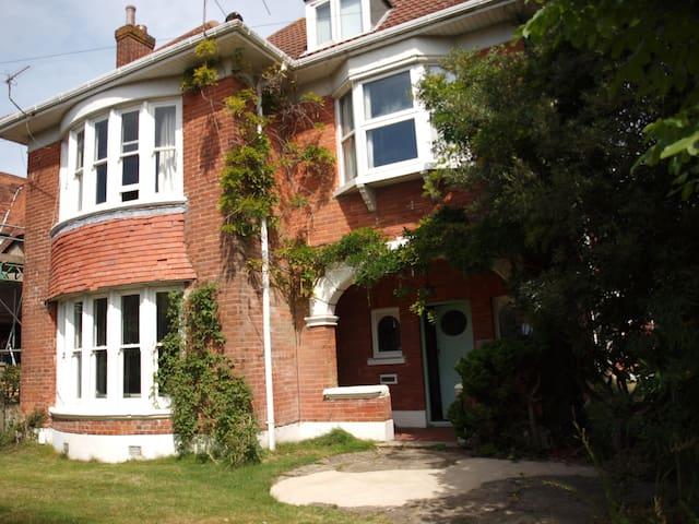 Large En-suite Double in Queen's Park Family Home