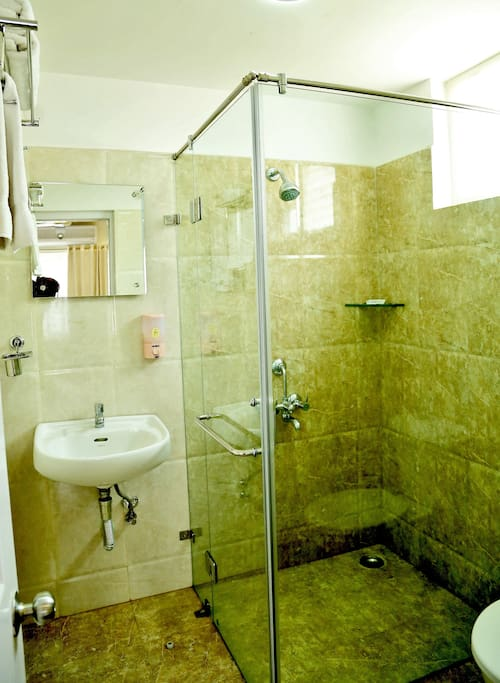 Bath with glass shower partition